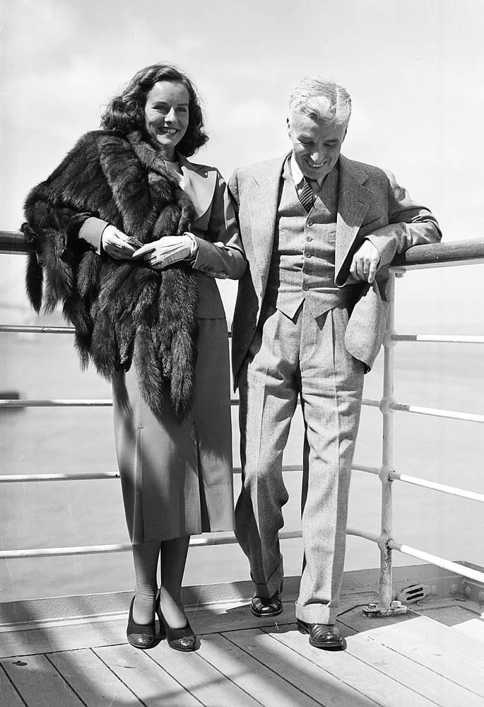 """Актриса Полетт Годдар сыграла главные роли в фильмах Чаплина """"Новые времена"""" и """"Великий диктатор"""". В 1936 году Годдар и Чаплин тайно поженились, пара распалась в 1940 году. На фото: Чарли Чаплин и Полетт Годдар на борту SS President Coolidge, 1936 год"""