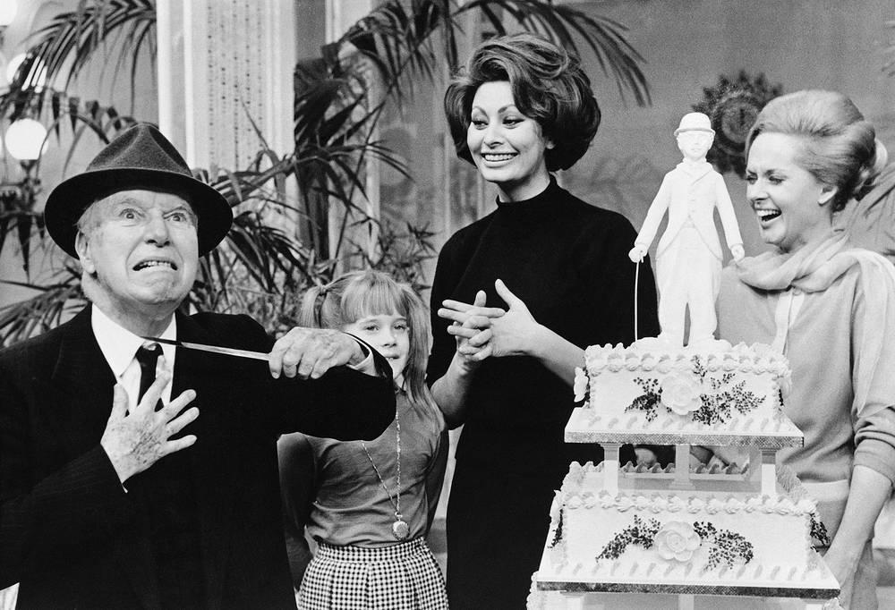 "В 1967 году Чаплин снял свой последний фильм ""Графиня из Гонконга"". На фото: Чарли Чаплин, Мелани Гриффит, Софи Лорен и Типпи Хедрен на съемках фильма ""Графиня из Гонконга"", 1966 год"