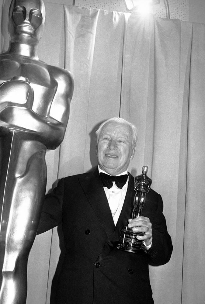 """Чарли Чаплин - трехкратный обладатель премии """"Оскар"""". На фото: Чарли Чаплин с почетным """"Оскаром"""" на церемонии в Лос-Анджелесе, 1972 год"""