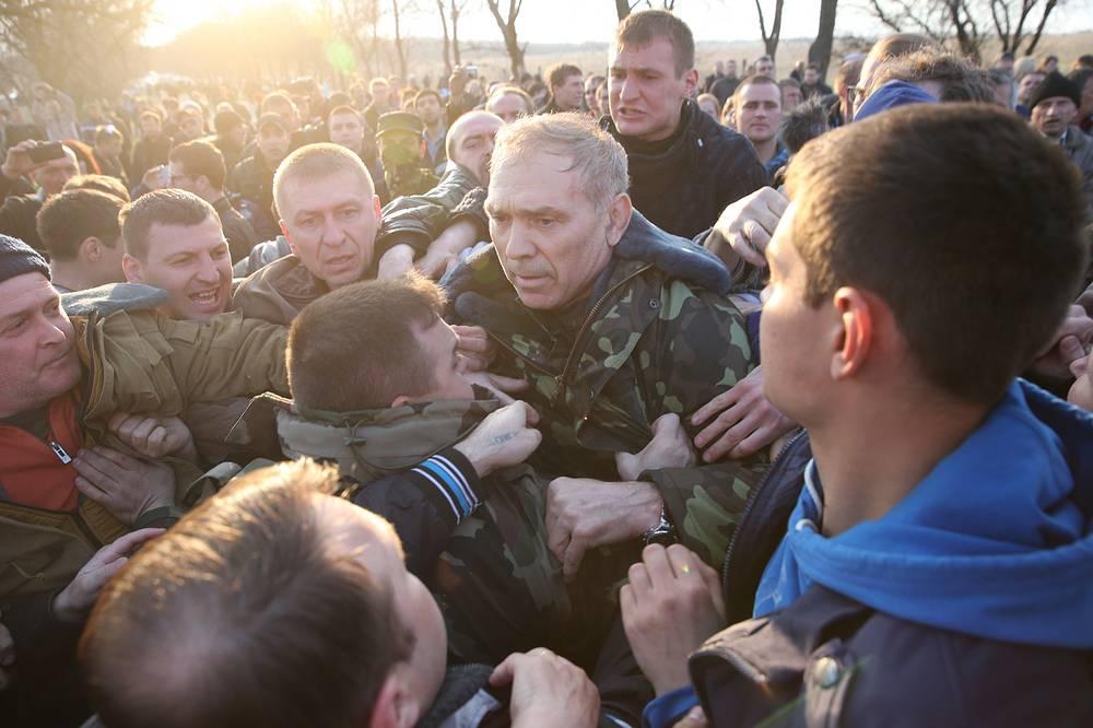 Командующий контртеррористической операцией Украины генерал-лейтенант Василий Крутов (в центре) у аэродрома Краматорска