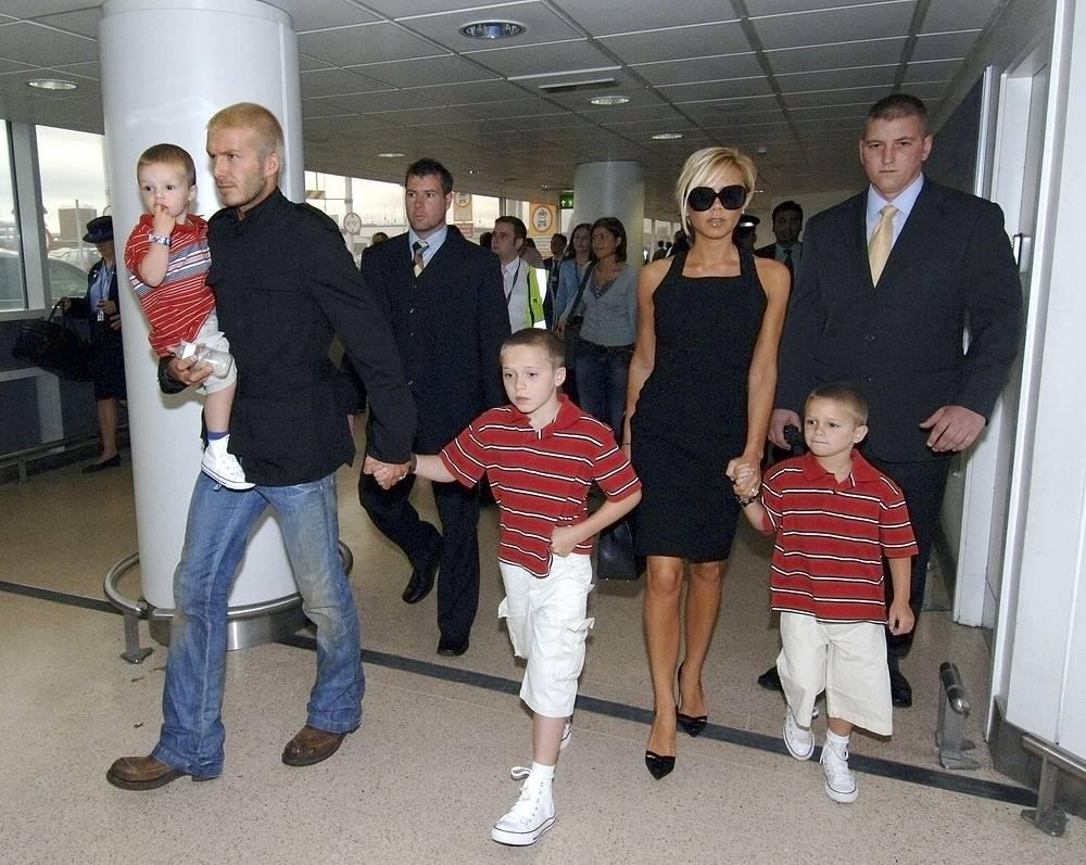 Дэвид и Виктория Бекхэм с сыновьями Крузом, Бруклином и Ромео в аэропорту в Лондоне, 2007 год
