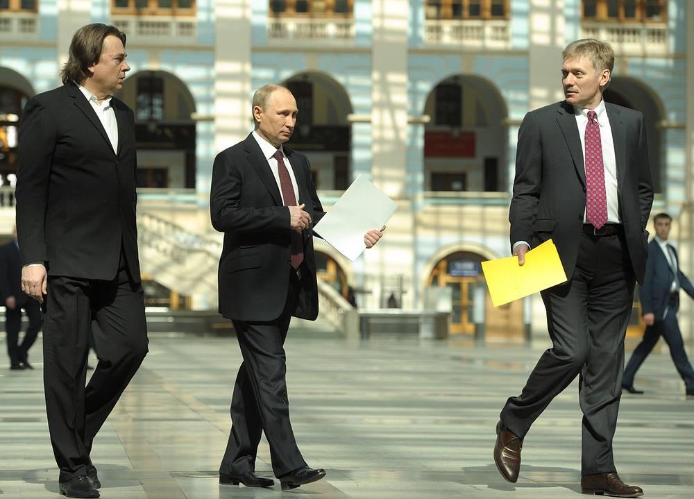 Гендиректор Первого канала Константин Эрнст, президент РФ Владимир Путин и его пресс-секретарь Дмитрий Песков