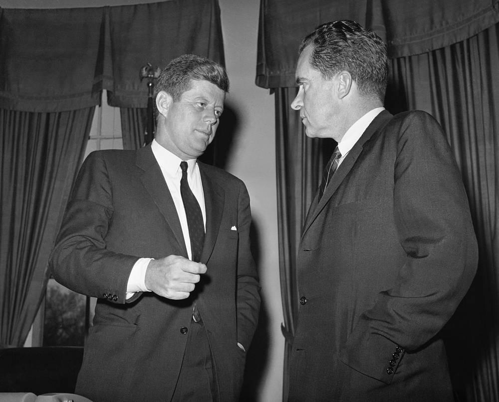 Президент США Джон Кеннеди беседует с бывшим вице-президентом Ричардом Никсоном во время конференции в Белом доме, 20 апреля 1961 года