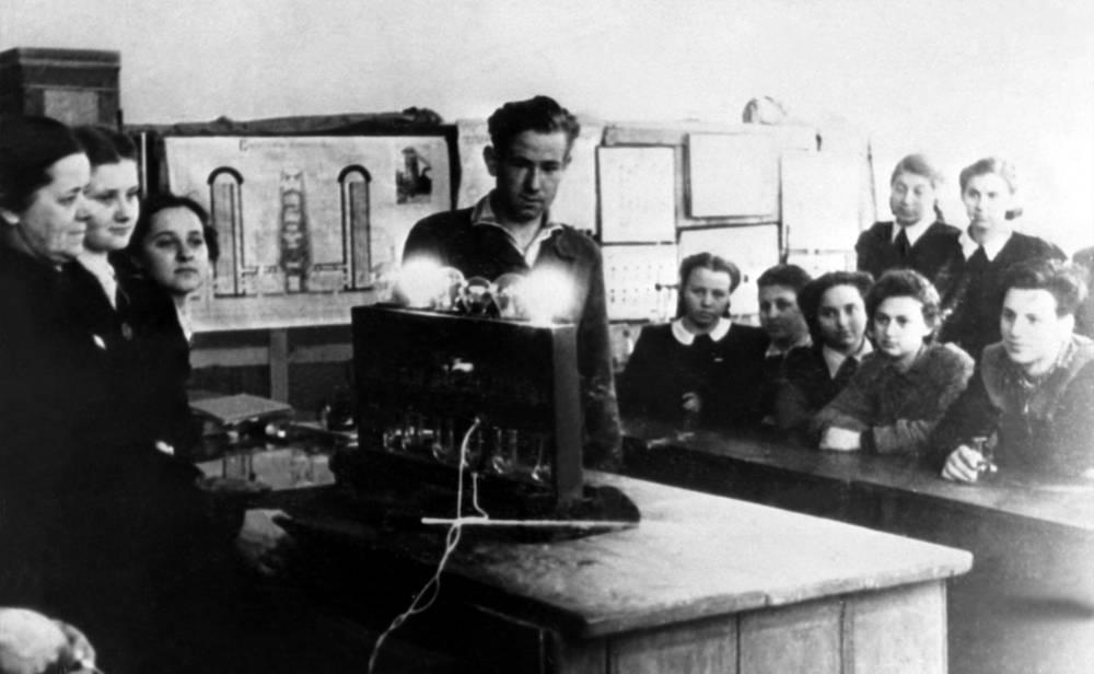 Школьная химическая лаборатория. CCCР. 1952-1953 годы