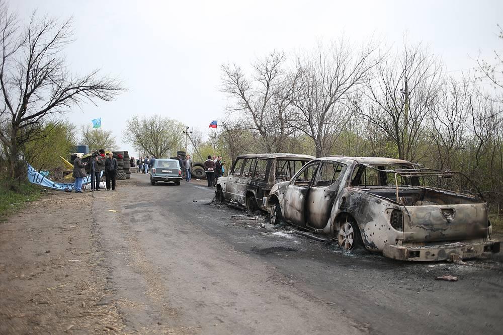 20 апреля при перестрелке на одном из блокпостов в Славянске погибли три человека. На фото: атакованный блок-пост