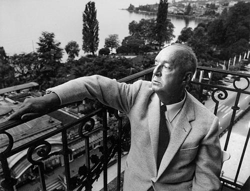 Набоков на балконе своего номера в отеле Montreux Palace в Швейцарии, 1967 год