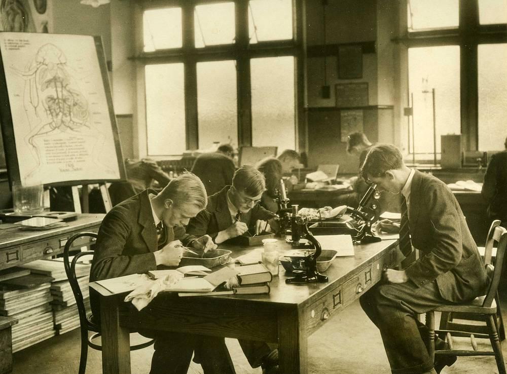 Урок биологии в Epsom College. Великобритания. 1930е