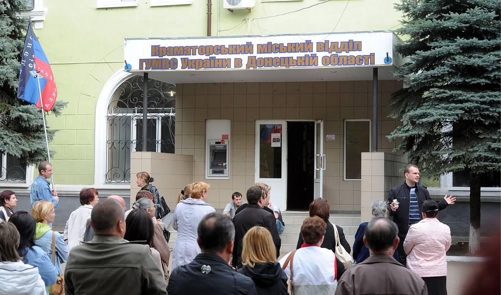 Ранее неизвестные также взяли под контроль здание городского отдела милиции. На фото: митинг у заблокированного городского отдела милиции