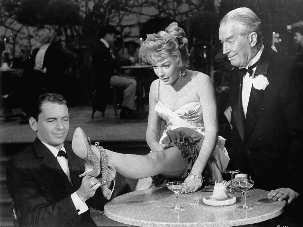 """Кадр из фильма """"Канкан"""" (1960). Фрэнк Синатра и Ширли Маклейн"""