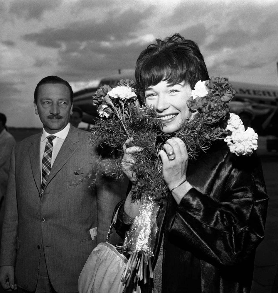 Ширли Маклейн в аэропорту Берлина, куда она прибыла для участия в 12-м Международном кинофестивале,1962 год