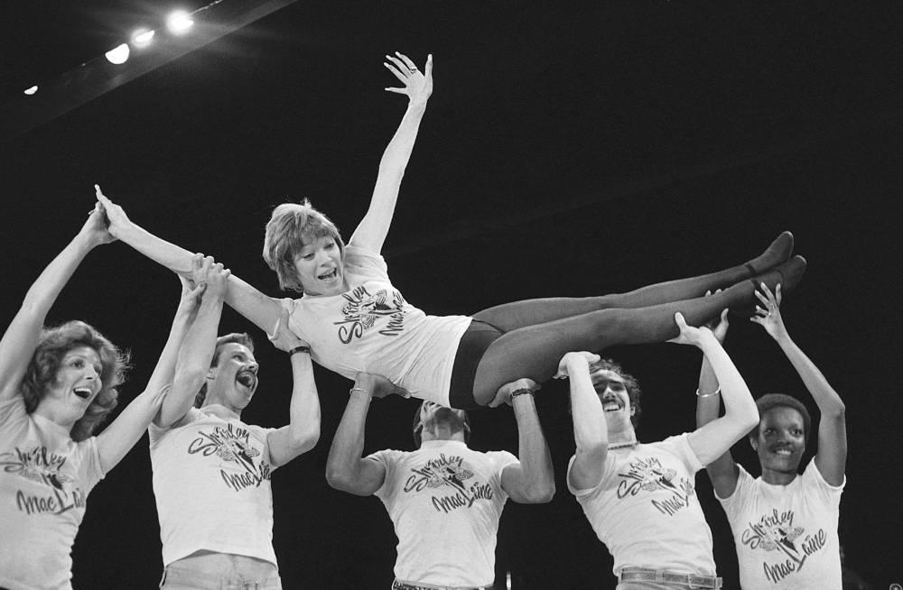 """Ширли Маклейн на репетиции своего шоу в лондонском театре """"Палладиум"""", 1976 год"""