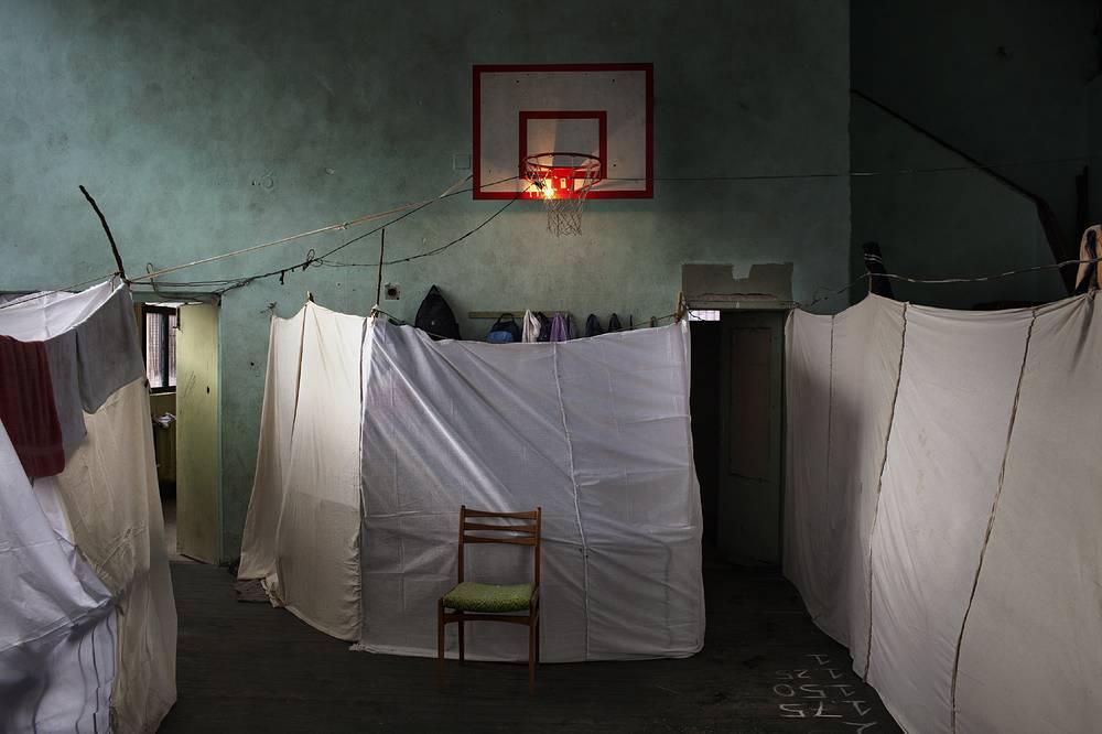1-е место / Новости / Одиночные фотографии. Сирийские беженцы, вынужденные покинуть свою страну из-за продолжающегося вооруженного конфликта, в заброшенной школе в Софии. В приемном центре нет отопления и горячей воды, а болгарское правительство не в состоянии обеспечить беженцев едой и медикаментами. 21 ноября 2013 года, София, Болгария