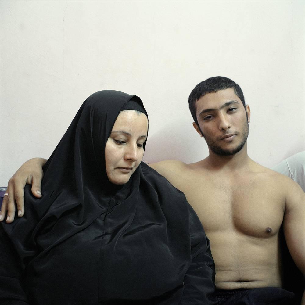 2-е место / Постановочный портрет / Серии. Али, египетский бодибилдер, позируют вместе со своей матерью. Бодибилдинг популярен в Египте, мужчинами с мощной и гармонично развитой мускулатурой гордится вся семья. 3 февраля 2011 года, Каир, Египет