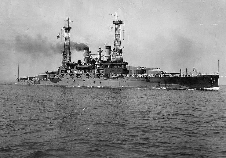 В первой половине XX века на американских линкорах устанавливались гиперболоидные мачты. На фото: линейный корабль типа South Carolina