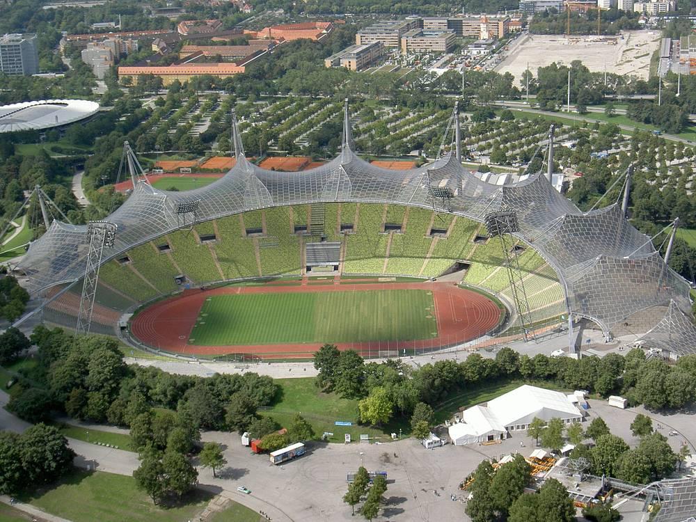 Крыша Олимпийского стадиона в Мюнхене, построенного к Играм 1972 года, имеет гиперболическую конструкцию. Спроектированный немецкими архитекторами Гюнтером Бенишем и Фраем Отто стадион считался революционным для своего времени