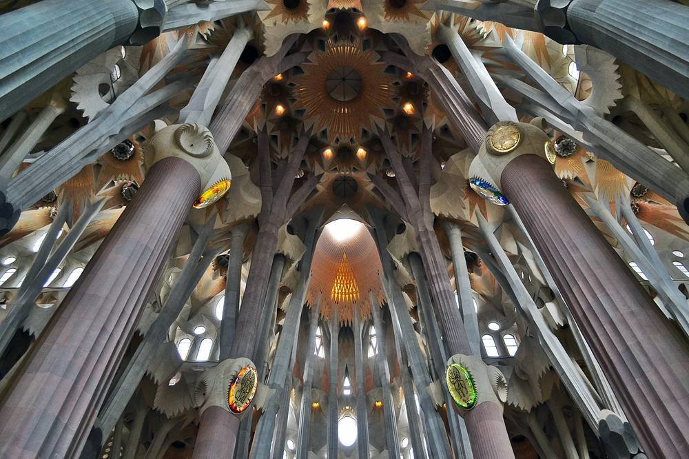 На фото: гиперболоидные своды внутри собора Sagrada Familia