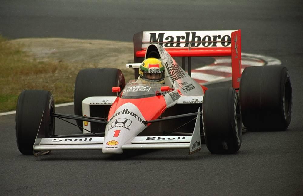 """Неоднократно признавался величайшим гонщиком в истории """"Формулы-1"""". За свою карьеру он провел 161 гонку и одержал 41 победу. Особенно успешно выступал в дождевых гонках, за что получил от журналистов и болельщиков прозвище Человек дождя. На фото: Айртон Сенна во время Гран-при Японии, 1989 год"""