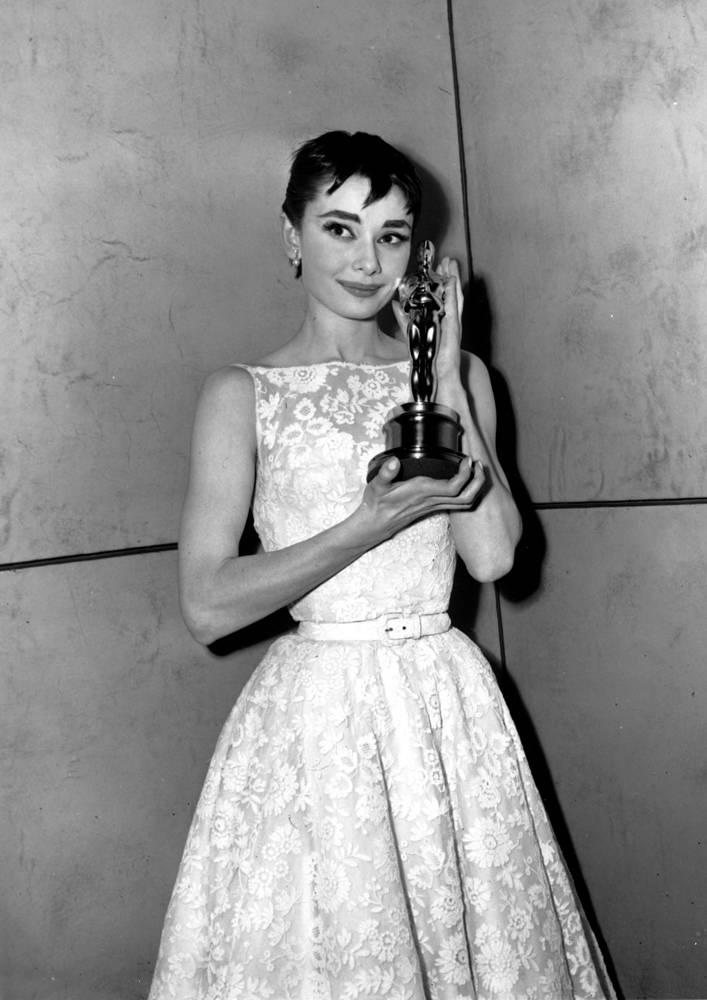 """За роль принцессы в фильме """"Римские каникулы"""" Хепберн получила """"Оскар"""", """"Золотой глобус"""" и BAFTA. На фото: с """"Оскаром"""" после церемонии награждения в Нью-Йорке, 1954 год"""