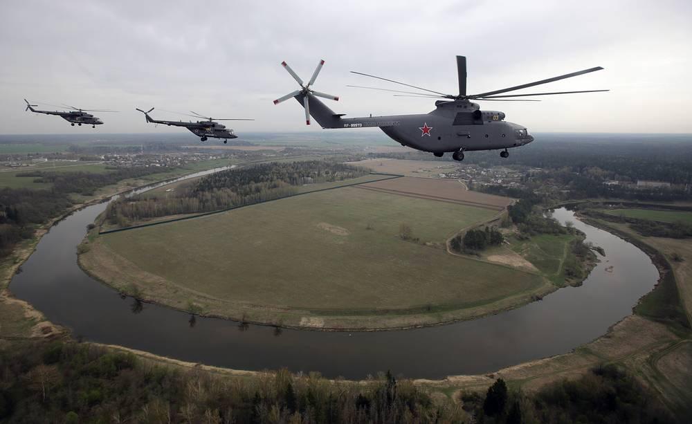 Военно-транспортный вертолет Ми-26 и вертолеты Ми-8 (справа налево)