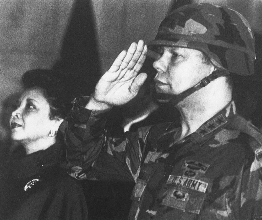 """Бывший госсекретарь США Колин Пауэлл с 1962 по 1963 год был военным советником в Южном Вьетнаме. """"Война должна быть последним доводом политики"""", - написал он позднее в своих мемуарах. На фото: Колин Пауэлл с супругой Алмой во Франкфурте, 1986 год"""