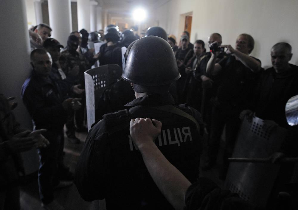 Сотрудники правоохранительных органов в здании областной администрации, захваченном сторонниками федерализации