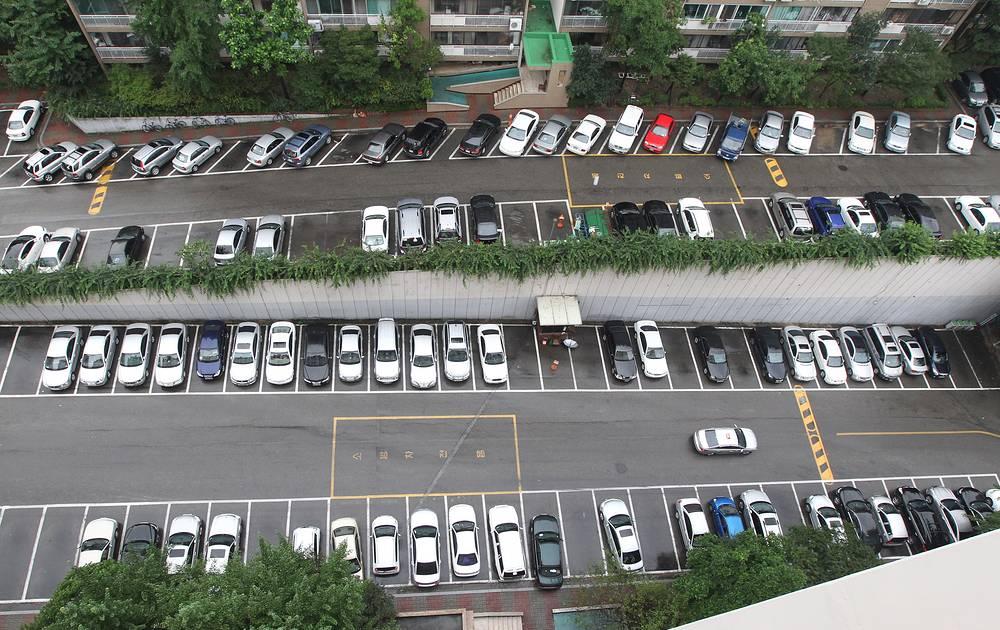 Южная Корея. В Сеуле средняя стоимость одного часа стоянки на открытой, подземной или многоярусной парковке - около 3000 вон (примерно $3), время парковки не ограничено. Бесплатные паркинги практически отсутствуют, а за парковку в неположенном месте предусмотрены серьезные штрафы