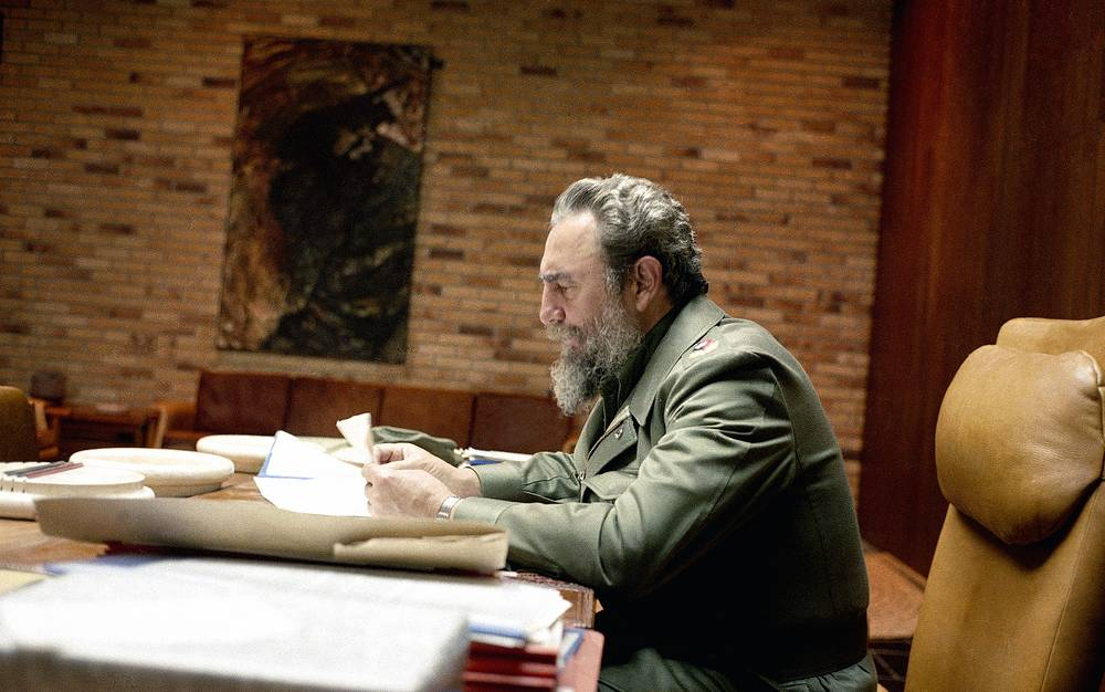 Кубинский государственный деятель Фидель Кастро в кабинете в столице Кубы Гаване, 1985 год