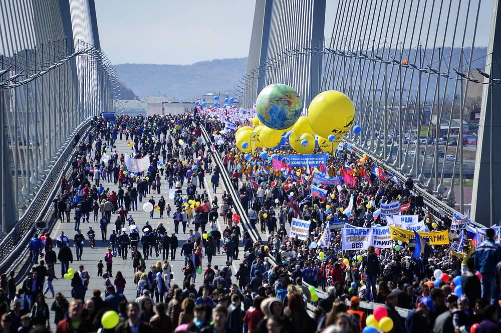 В крупных городах России состоялись многочисленные первомайские демонстрации. На фото: участники первомайского шествия на мосту через бухту Золотой рог во Владивостоке