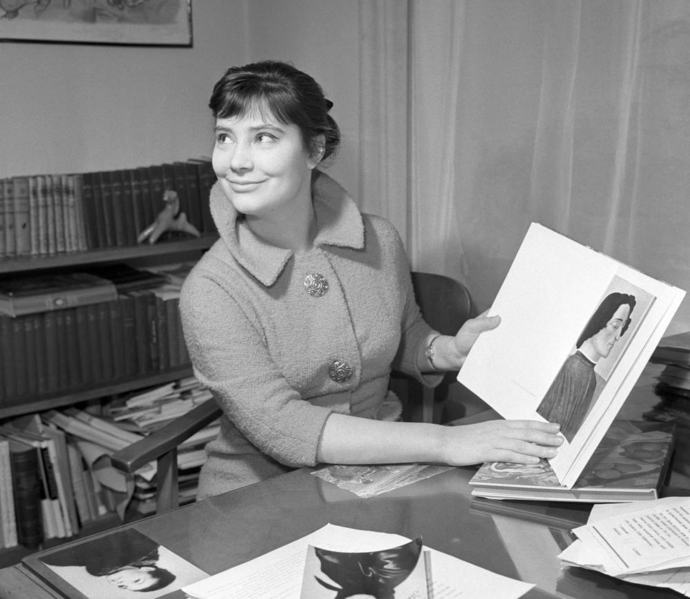 Вернувшись после Каннского фестиваля в Москву, Самойлова поступила в Государственный институт театрального искусства им. А. В. Луначарского. В 1958 г. была принята в Театр им. В.Маяковского, затем перешла в Театр им. Евг. Вахтангова, где проработала до 1960 г.
