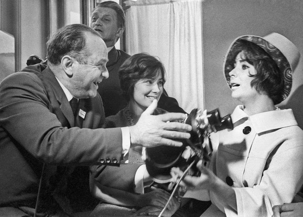 Кинооператор Абрам Кричевский, актрисы Татьяна Самойлова и Элизабет Тейлор (слева направо) на Международном Кинофестивале, 1961 год
