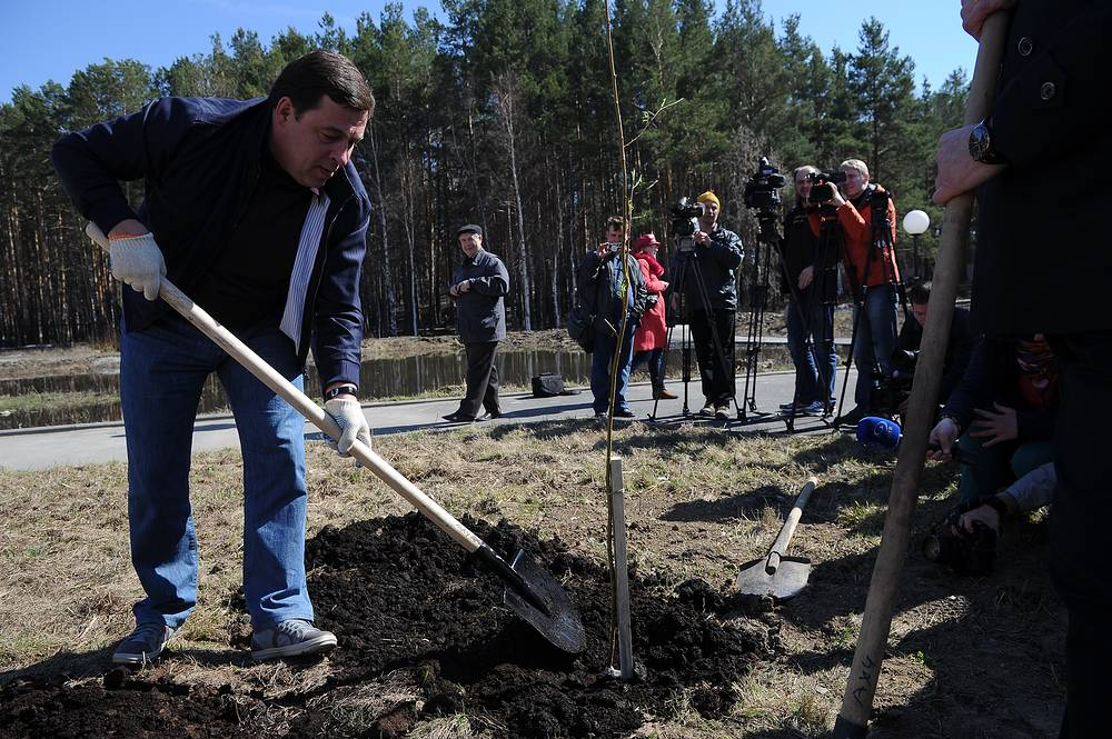 Губернатор Евгений Куйвашев на субботнике