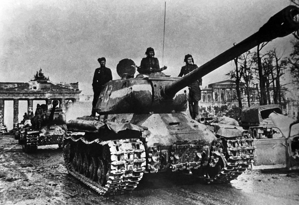 Советские войска на улице Унтер ден Линден в Берлине, 1 мая