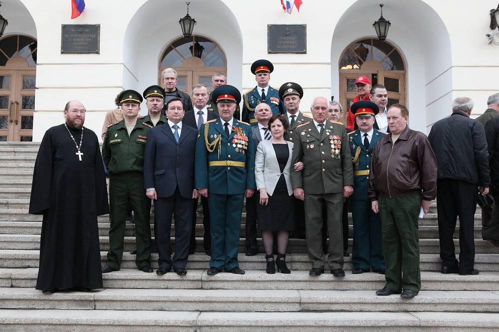 Участники митинга в память о Герое России Виталии Талабаеве