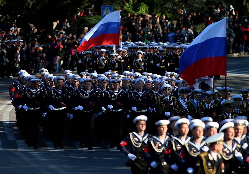 В Севастополе также состоится военный парад, в нем примут участие около 1 тыс. военнослужащих и более 30 единиц военной техники. На фото: генеральная репетиция парада в Севастополе