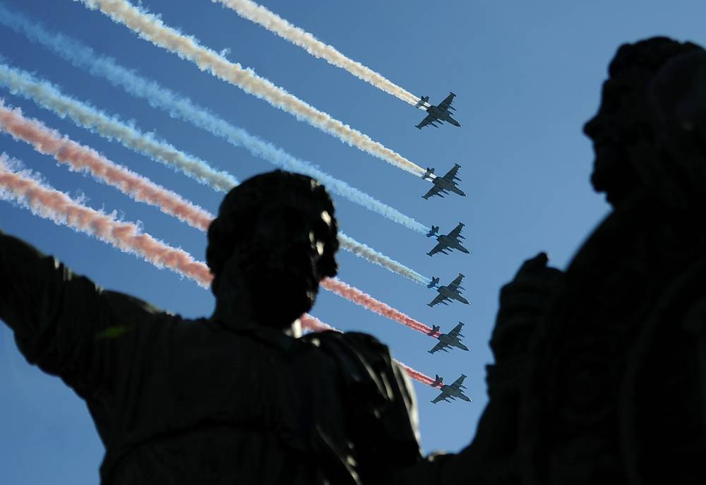 В 2013 году в параде в честь 68-летия Победы участвовали 11 тыс. военнослужащих, свыше 100 единиц военной техники, в том числе впервые - бронетранспортеры БТР-82А. Парад военной техники завершил пролет 68 самолетов и вертолетов. На фото: самолеты-штурмовики Су-25 БМ