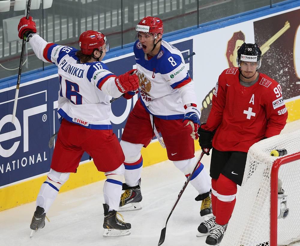 Сборная России открыла счет спустя 13 секунд после начала матча - отличился Сергей Плотников (слева)