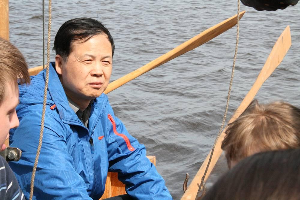 Генеральный Консул КНР в Екатеринбурге Тянь Юнсян попробовал себя в качестве гребца, как и его коллега Маркус Форстер