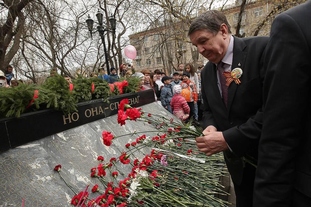 Возложение цветов к мемориалу в поселке Компрессорный