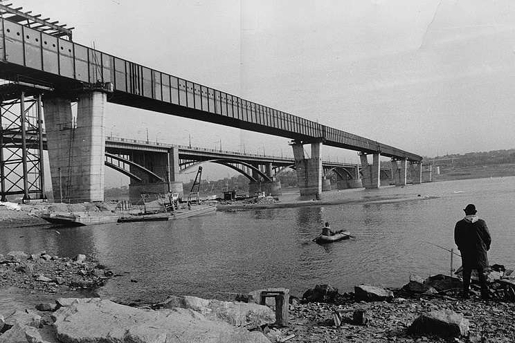 Поскольку первый автодорожный мост через Обь строился еще до возведения Новосибирской ГЭС, его опоры были рассчитаны на тяжелый ледовый режим, в отличие от них V-образные опоры метромоста легкие и изящные.