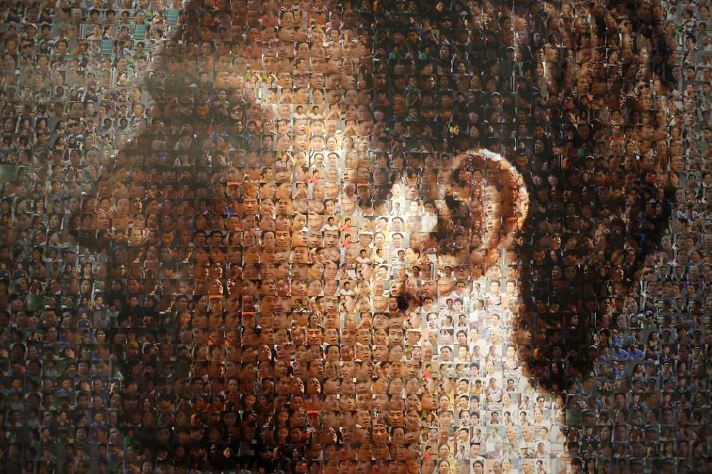 """Портрет Марка Цукерберга на выставке """"Лицо Facebook"""" в галерее ShanghART в Сингапуре"""