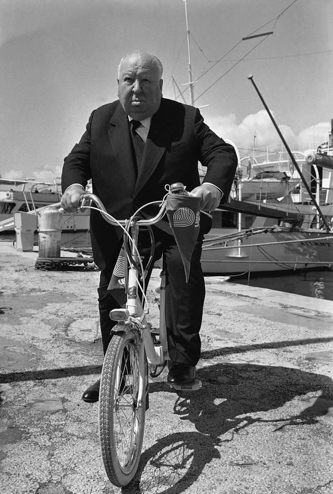 Альфред Хичкок катается на велосипеде, 1972 год
