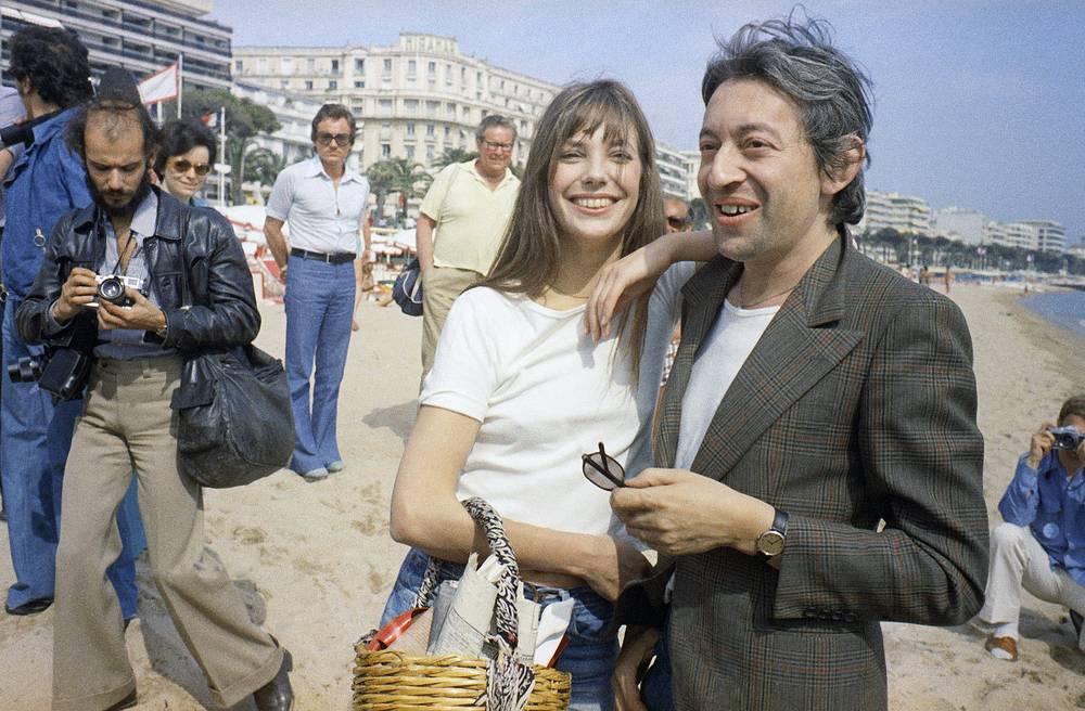 Джейн Биркин и Серж Генсбур гуляют по пляжу, 1974 год