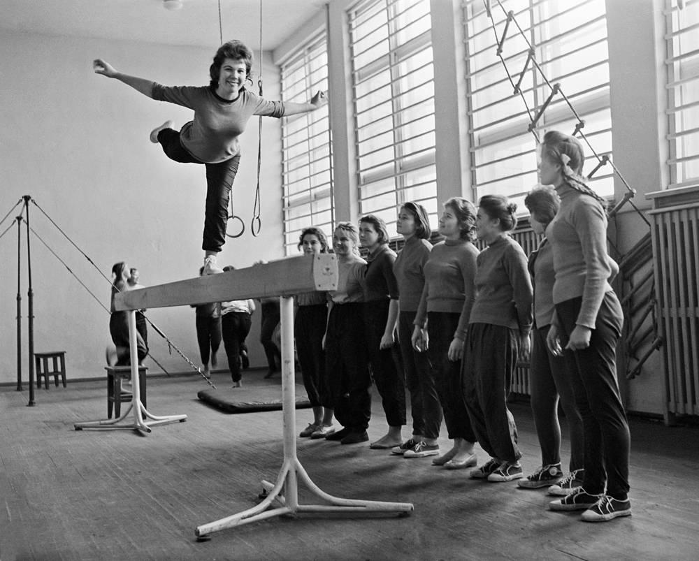 В гимнастическом зале спортивной школы, СССР, 1963 год