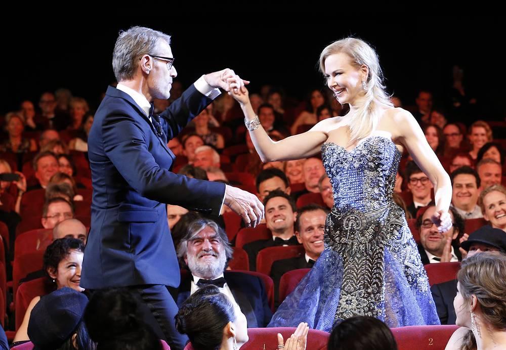 Актриса Николь Кидман и ведущий церемонии открытия Каннского кинофестиваля Ламбер Вильсон