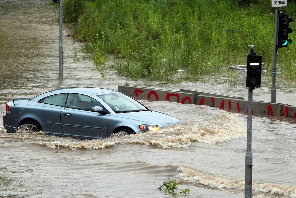 В результате наводнения многие дороги оказались под водой. На фото: ситуация в Белграде