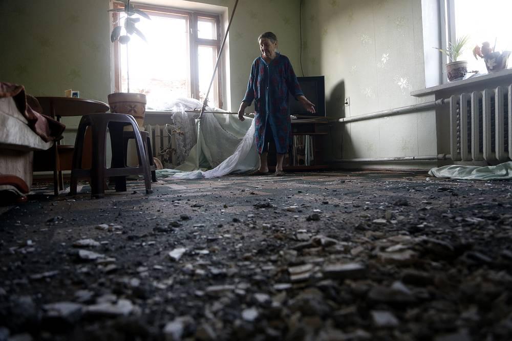 В результате артиллерийского обстрела Славянска и прилегающих к нему населенных пунктов частично разрушены жилые дома. На фото: дом 69-летней жительницы Славянска Розы Герасименко