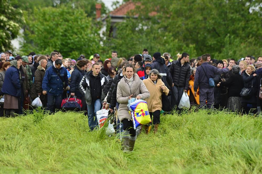 В связи с наводнением в Сербии эвакуированы более 25 тыс. человек. На фото: жители города Обреновац готовятся к эвакуации