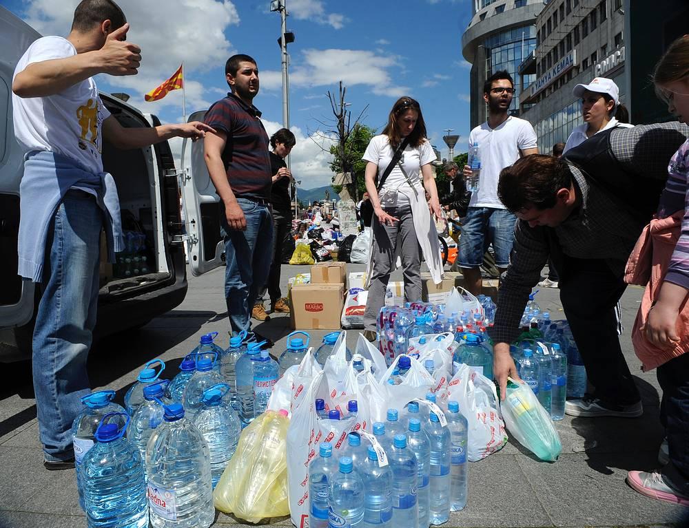 Сбор гуманитарной помощи в столице Македонии Скопье