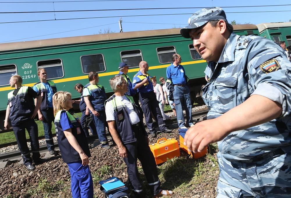На место ЧП выехали три восстановительных поезда, движение по железной дороге перекрыто, развернут штаб по ликвидации последствий ЧП