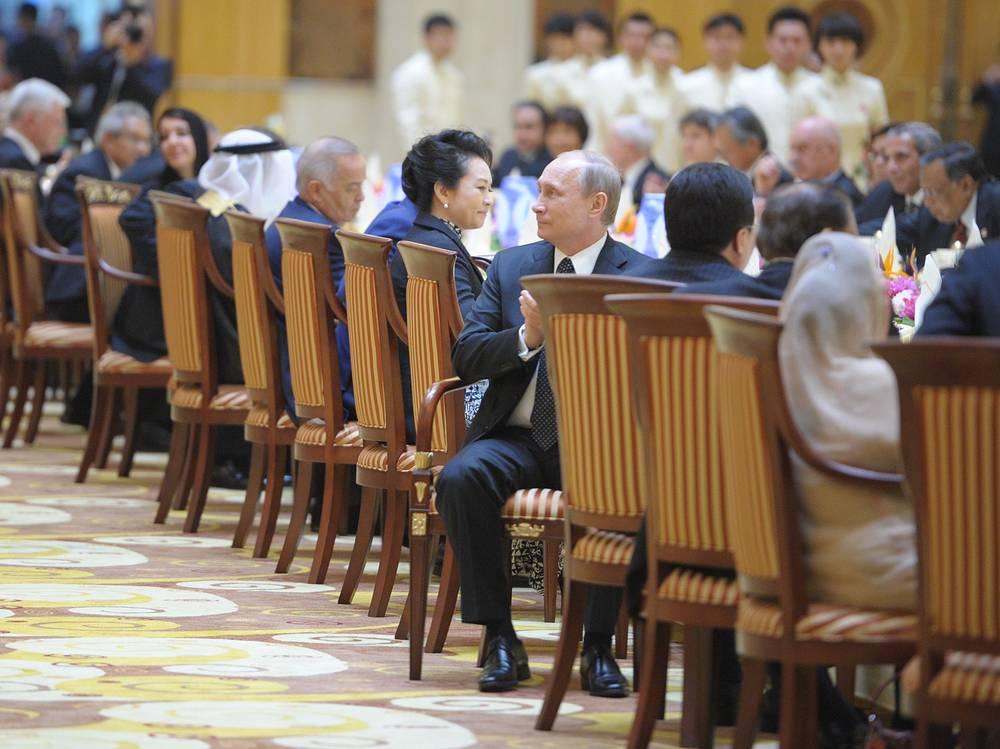 Владимир Путин  во время официального обеда от имени председателя Китайской Народной Республики Си Цзиньпина в честь глав делегаций стран-участниц Совещания по взаимодействию и мерам доверия в Азии